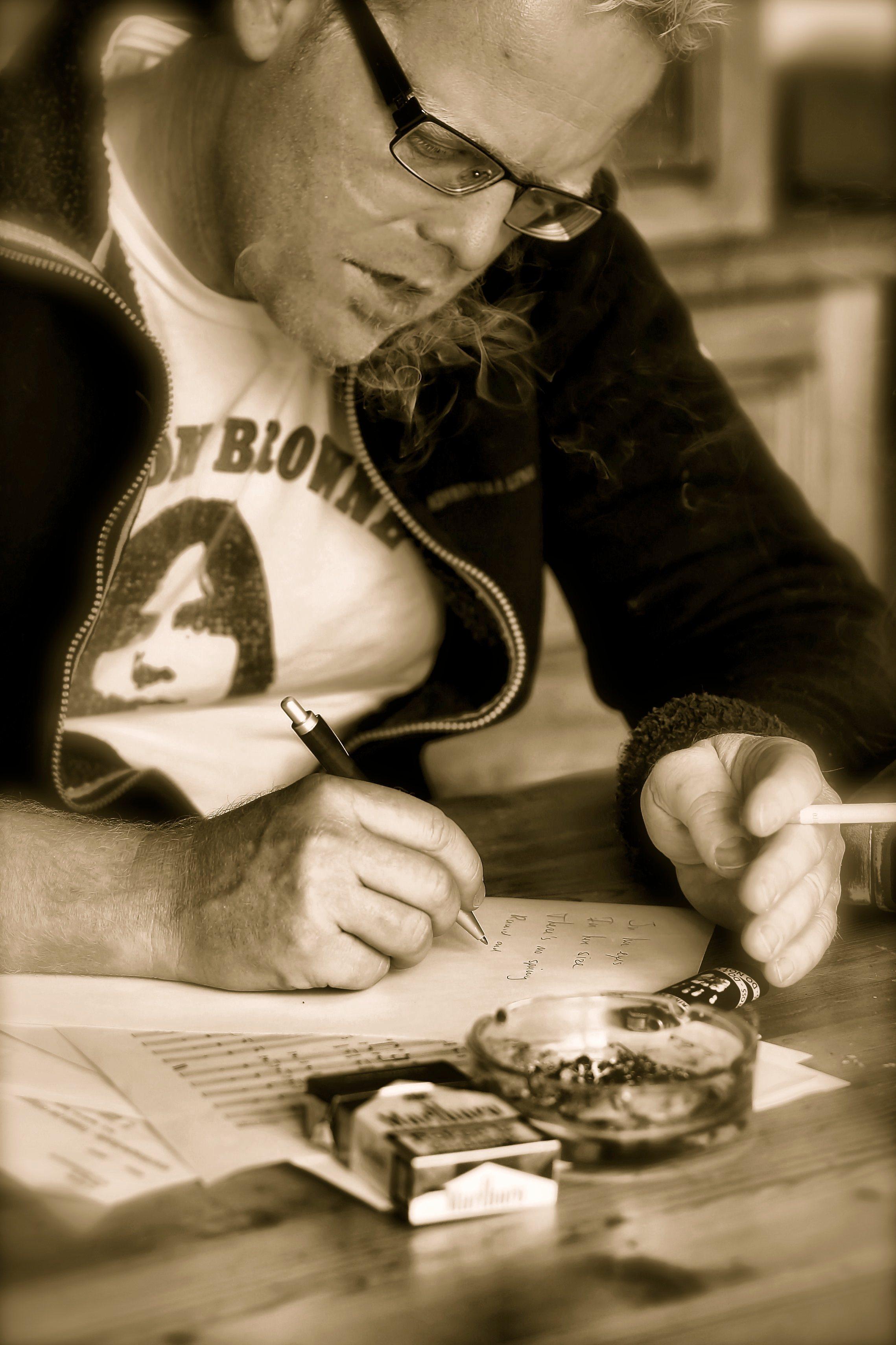 Merik Spitteler, tekst schrijven aan de keukentafel.